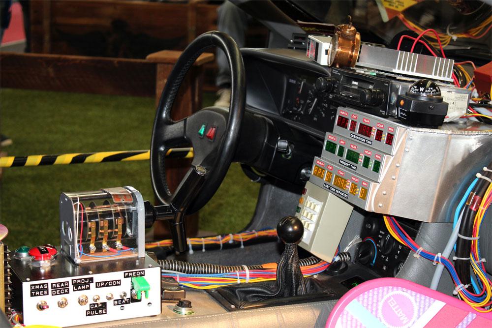 Die Zeitmaschine im Innenraum von DeLorean DMC-12