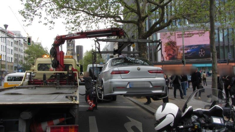 """""""Hochmotorisiert"""", etwas lauter und deshalb abgeschleppt: ein Alfa Romeo am Hacken"""