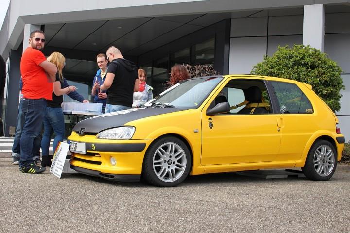 Steven von Selfmade-Stickerbude samt seinem Peugeot 106