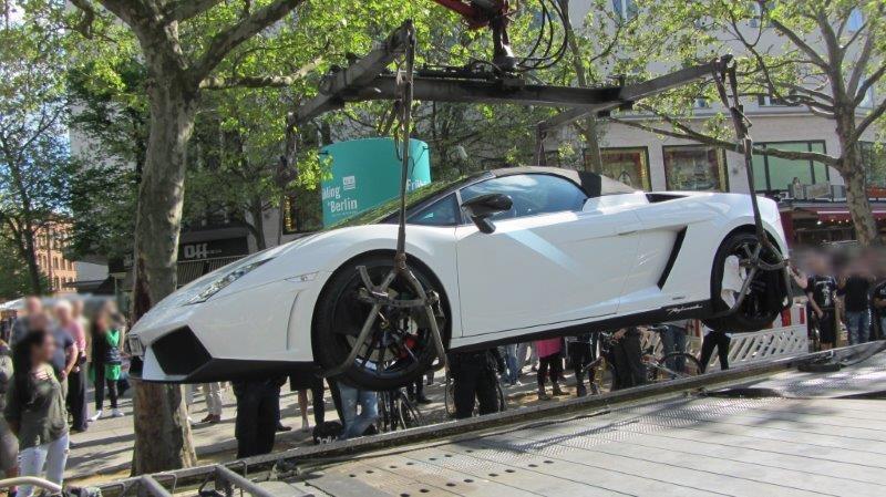 Dieser weißer Lamborghini Gallardo wurde in Berlin von der Polizei abgeschleppt