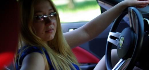 Schöne Frau und schnelles Auto