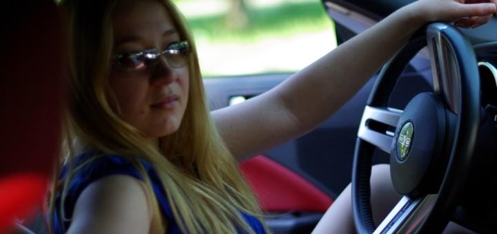 Frau in einem Mustang
