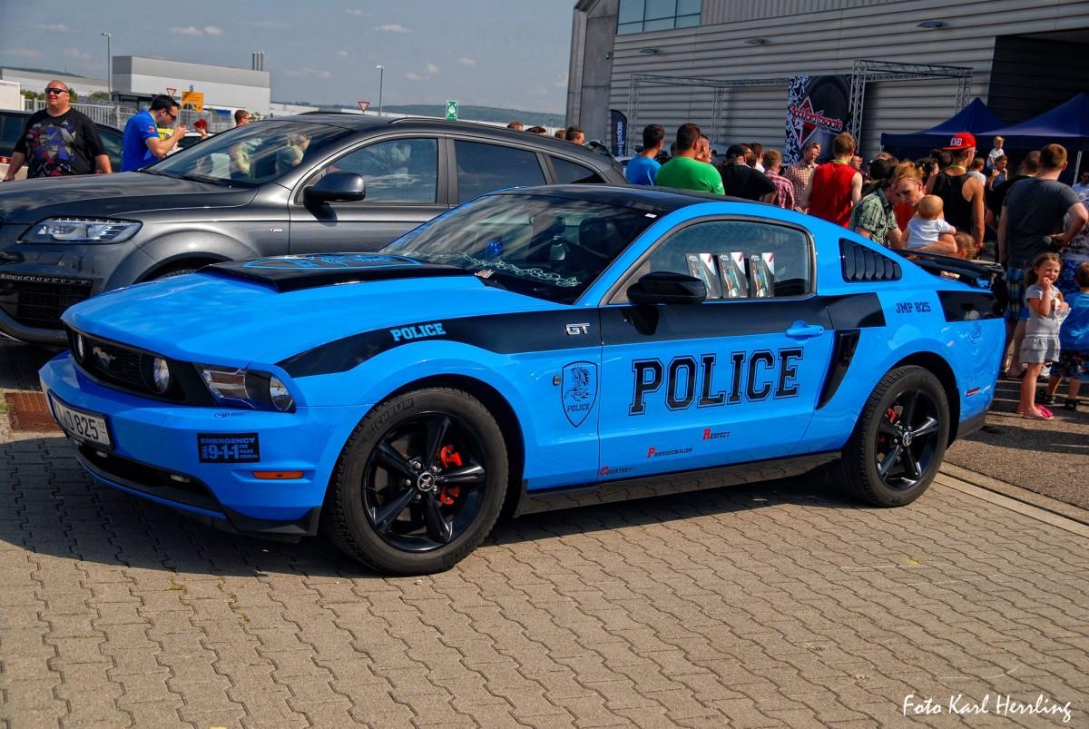 Einer der Rockford Fosgate Tuning Days Besucher: Police-Look Mustang