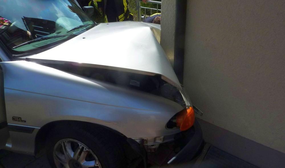Totalschaden: Rentnerin verwechselt Gas und Bremse