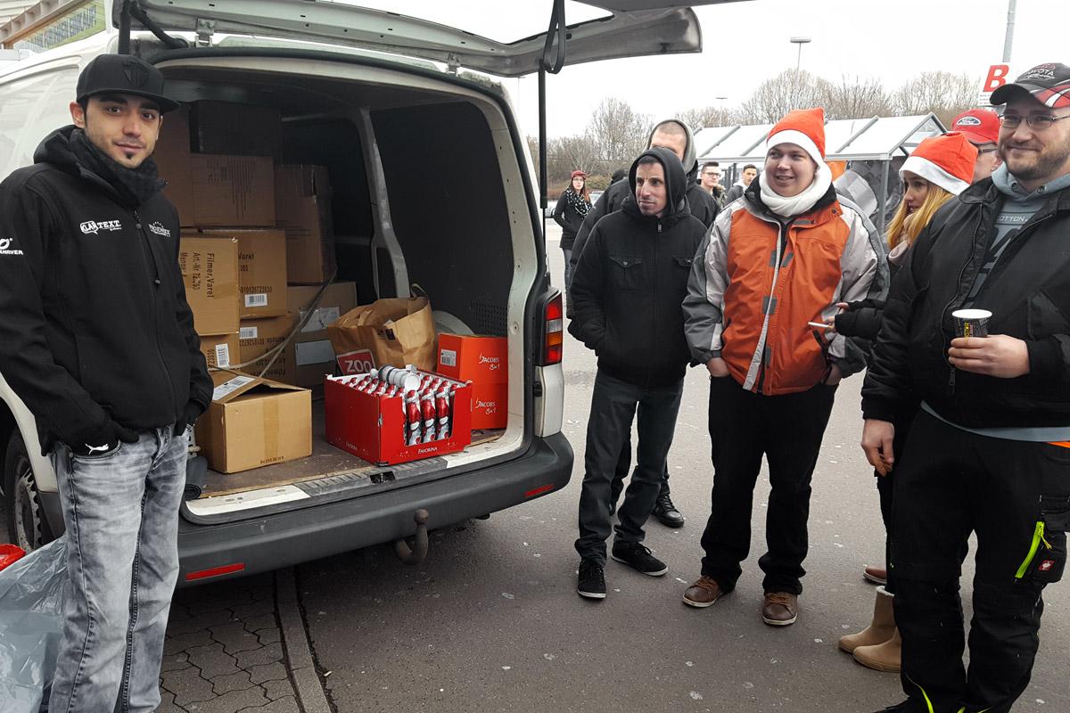 """Charity Aktion """"Tuner spenden Wärme"""": Phoenixx von der Orga samt Helfer und Spender"""
